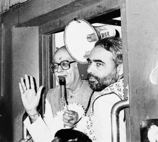 Old pic of narendra modi with advani