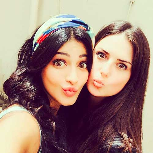 Shruti haasan cute picture with her friend
