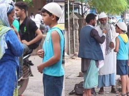 Muslim Boy asking for food during Ramzan, got amazing reaction